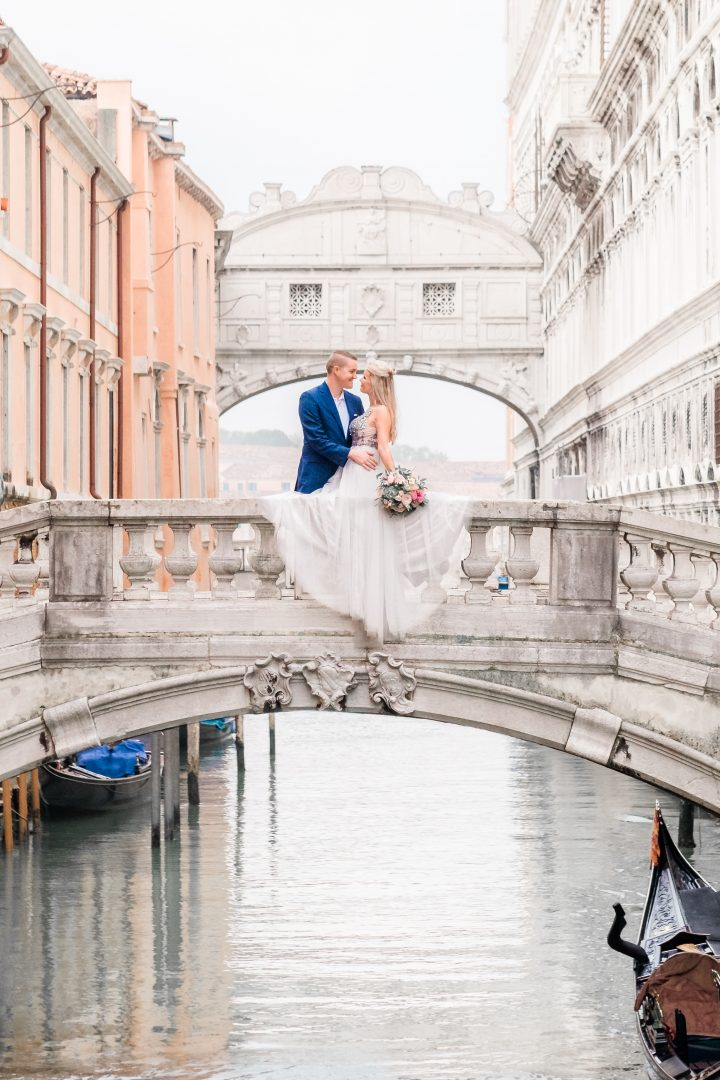 couple in venice on bridge of sighs
